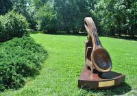 Двуметровият символ е дело на скулптора Димитър Койчев.