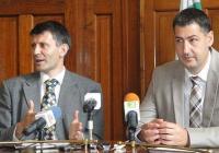 Зам.-кметът Георги Титюков (вляво) разясни подробно как ще бъдат преструктурирани домовете и центровете за настаняване. Снимка © Aspekti.info