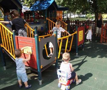 """Площадката срещу кино """"Фламинго"""" ежедневно е пълна с деца.  Снимка © Aspekti.info"""