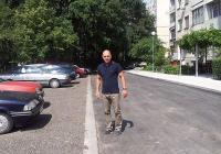 За пръв път от 40 години двата блока имат улица, хубав тротоар и паркоместа, обясни районният кмет Костадин Димитров. Снимка Община Пловдив