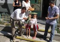 """Кметът Тотев лисна традиционното менче, за да върви като по вода ремонтът в детска градина """"Искра"""". Снимка © Aspekti.info"""