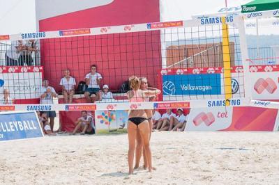 Детският турнир, в който участват 8 момичешки и 8 момчешки двойки, продължава цял ден на Южния плаж в морската ни столица и победителите предстои да бъдат излъчени.
