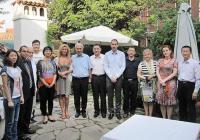 Г-н Юе, директор по въпросите на културата, спорта и туризма в администрацията на община Шънджън доведе в Града под тепетата делегация от 4-ма общински шефове, както и управители на туристически агенции.