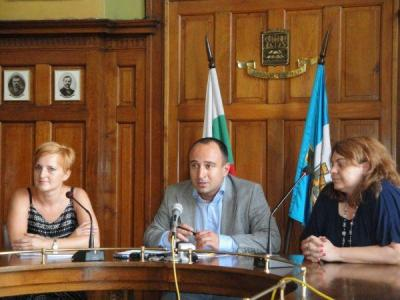 Кураторката Галина Лардева (вляво) представи проекта.  Снимка © Aspekti.info