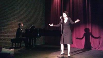Спектакълът е посветен на 50-годишнината от смъртта на голямата френска певица.