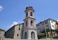 """Камбанарията на църквата """"Успение на Пресвета Богородица"""" се извисява над земната суета. Снимка Данчо ЙОРДАНОВ"""