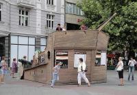 Пиратският кораб пред Общината е и декор за събития от съпътстващата програма на фестивала. Снимка © Aspekti.info
