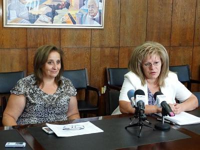 Зам.-кметът Мария Вълканова (вдясно) разясни как ще бъдат преструктурирани учебните занятия.  Снимка Община Асеновград
