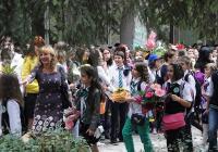 Първият учебен ден е изпълнен с цветя и усмивки. Снимка © Aspekti.info