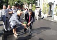 Кметът Иван Тотев и Райна Петрова откриха официално улицата. Снимка © Aspekti.info