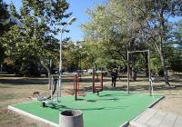 Хората от съседните блокове вече могат да спортуват във фитнеса на открито. Снимка © Aspekti.info