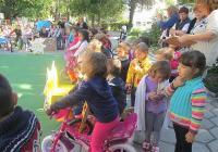 """С велосипеди, тротинетки и пеша деца и родители дойдоха в ЦДГ """"Майчина грижа"""" в район """"Централен"""" за празника, посветен на Европейската седмица на мобилността."""
