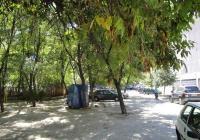 В момента на мястото има само кал и паркирани коли. Снимка © Aspekti.info