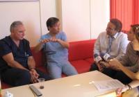 """Изтъкнатият хирург д-р Йошиаки Йокой от болница """"Токушукай"""" в Осака, Япония и д-р Гинчо Тонев."""