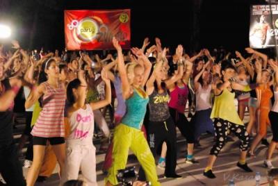 Зумба е най-забавният и освобождаващ начин човек да се забавлява, танцува, тренира и отслабва едновременно.