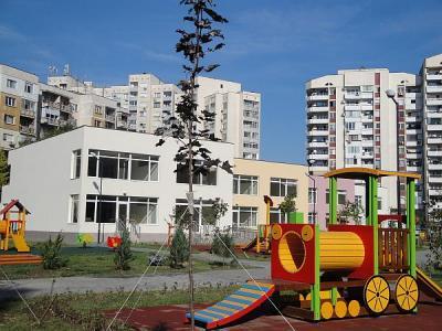 Дворът на яслата е обширен, озеленен и изпъстрен с всевъзможни съоръжения за игра.  Снимка © Aspekti.info