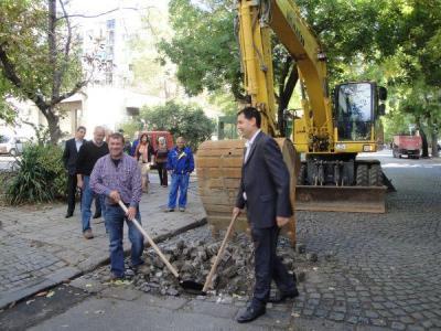Кметът Иван Тотев направи първа копка за ремонта на отсечката.  Снимка © Aspekti.info