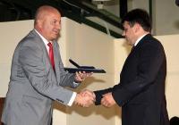 Председателят на Съвета на директорите на Международен панаир Пловдив д-р Иван Соколов (вляво) връчва златен медал на един от победителите в конкурса за иновативни продукти, организиран от националния изложбен център.