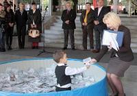 4-годишният Кирил Церовски изтегли анкетната карта с името на посетителя на ЕСЕН 2013, който спечели награда от Международен панаир Пловдив.  Томболата се проведе в присъствието на председателя на Съвета на директорите на Международен панаир Пловдив д-р Иван Соколов (крайният вдясно), изпълнителния директор на ААП Стефан Хаджиниколов (третият отдясно наляво), нотариус Светла Йорданова (до него) и комисия от националния изложбен център.