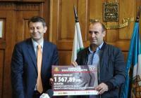Зам.-кметът Георги Титюков връчи чековете на представители на институциите, чиито проекти ще бъдат подкрепени. Снимка ©Aspekti.info