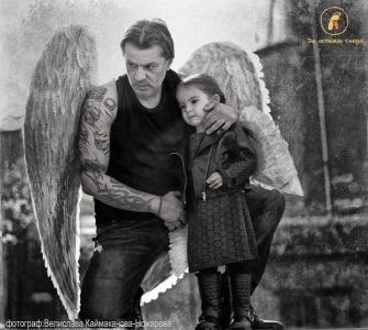 Тази година снимката на актьора Мариан Вълев с малката Вилерже е заглавната на втория проект на сдружение КАУЗА.  фотограф: Велислава Каймаканова-Ножарова