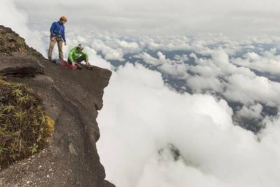 """Разкошните дъждовни гори на Южна Америка ще ни разкрият един необичайно плосък връх и експедицията на трима приятели в  """"Рорайма: Катерачи в изгубения свят""""."""