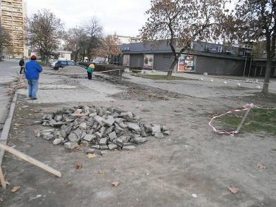 Реконструкцията обхваща около 400 кв.метра, като ремонтът ще продължи с оформянето на нови паркови пътеки.