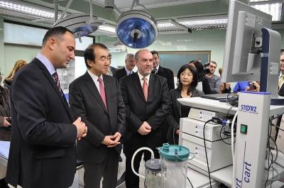 Проф. д-р Карен Джамбазов показва оборудването на залата за миниинвазивна и ендоскопска хирургия.