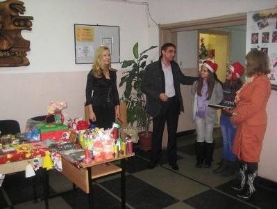 """Кметътна район Западен Димитър Колев посети благотворителния коледен база в училище """"Васил Петлешков""""."""