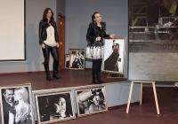 Прочутата тенисистка Цветана Пиронкова до своя фотос. Долу вляво е снимката на Христо Мутафчиев и Ивелина Моравенова, откупена за 2000 лв.