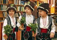 """По традиция на днешния ден сурвакари ходят по къщите и наричат за здраве и берекет. <p>Снимка<a href=""""http://www.flagman.bg"""">www.flagman.bg</a></p>"""