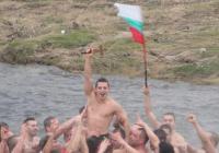 Росен Петров от Ямбол извади късмет да хване светия кръст. Снимка © Aspekti.info