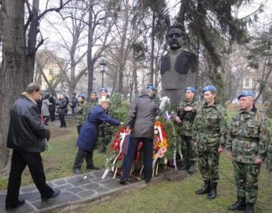 Признателните пловдивчани поднесоха венци и цветя пред паметника на Александър Петрович Бураго.  Снимка © Aspekti.info
