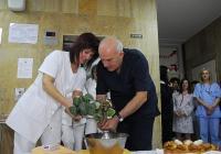 """По традиция се измиват ръцете на лекарите, които """"бабуват"""" на родилките. Снимка болница """"Пловдив"""" (архив)"""