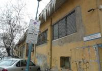 """Поради многобройните паркирали коли на ул. """"Цанко Дюстабанов"""" премахването на опасни висулки беше невъзможно и отложено за ранните часове утре."""