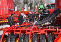 """Посетители разглеждат най-новите модели комбайни трактори и прикачен инвентар, които по традиция се показват на Международната селскостопанска изложба """"Агра"""". Тазгодишното й издание ще се проведе от 4 до 8 март в Международен панаир Пловдив."""