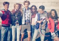 Облеклата са подходящи за динамичните хора, които искат да стоят далеч от стереотипа. Удобството е сред основните приоритети на модния бранд.