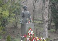 Паметникът бе отрупан с венци и цветя. Снимка © Aspekti.info