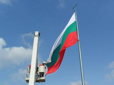 Нови национални трибагреници с размери 7,5 на 4,5 м вече се веят върху 15-метровите пилони на 6-те входно-изходни артерии на Пловдив.