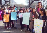 """Учениците от ОУ """"Елин Пелин"""" първи в страната отбелязаха Деня на розовата фланелка."""