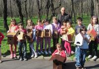 """Красивите къщички са изработени от децата с помощта на техните родители, а инициативата се организира по европейски проект """"Приятели на природата"""" с ръководител Лора Митева."""