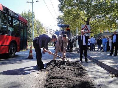 Кметът Тотев ще направи първа копка на участъка.  Снимка © Aspekti.info (архив)