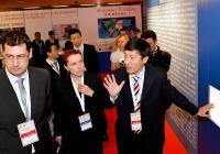 Кметът на Пловдив инж. Иван Тотев (вляво) разглежда изложението заедно с ТАО Йонгсин, председател на CCPIT Шънджън.
