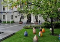 """Кичестата магнолия пред сградата на Община Пловдив на площад """"Стефан Стамболов"""", която доскоро радваше минувачите с прекрасните си цветове, днес привлича погледите със стилната си украса. Над 600 обагрени изкуствени яйца красят короната на дървото."""