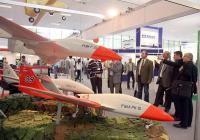"""Посетители обсъждат качествата на новите безпилотни самолети.      Експозициите на Международната изложба """"Хемус"""" привличат специалисти от различни области, тъй като на нея се демонстрират и изделия с гражданска употреба."""