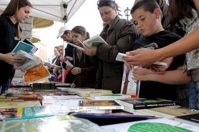 """Фантастичният роман за деца """"Ян Бибиян"""" и повестта """"Чичовци"""" са само две от популярните български заглавия, които всеки може да получи срещу предаден килограм пластмасови отпадъци."""