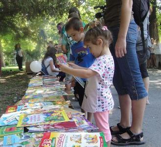 Идеята е децата да се срещнат отблизо с книгите и да се забавляват.  Снимка: Aspekti.info