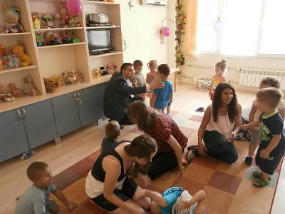 """Децата веднага се впуснаха в игри със своите чуждестранни гости.  Снимка Район """"Западен"""""""