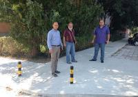 """Районният кмет Костадин Димитров (вляво) обясни предимствата на тротоарите от бетон. <p>Снимка Район """"Тракия""""</p>"""