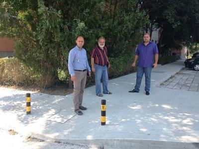 """Районният кмет Костадин Димитров (вляво) обясни предимствата на тротоарите от бетон.  Снимка Район """"Тракия"""""""
